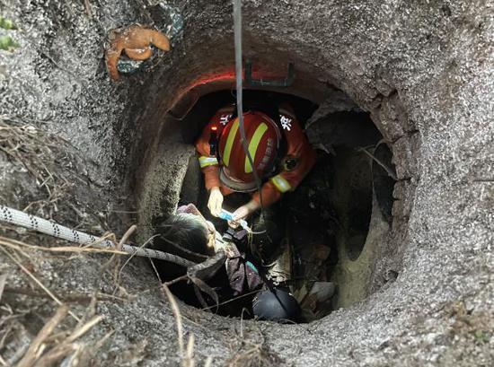 老人早起赶集失足掉入一米多深下水道,被消防救出