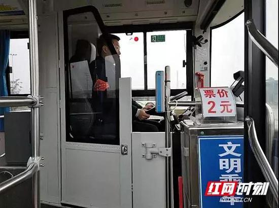 装有防护栏的纯电动公交车,有力地保护了驾驶员的人身安全。