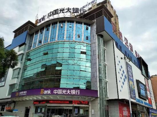 在县城设立的股份制商业银行还不多见,图为光大银行新化支行。