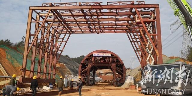 2月9日,常益长铁路项目安岭隧道施工点复工建设