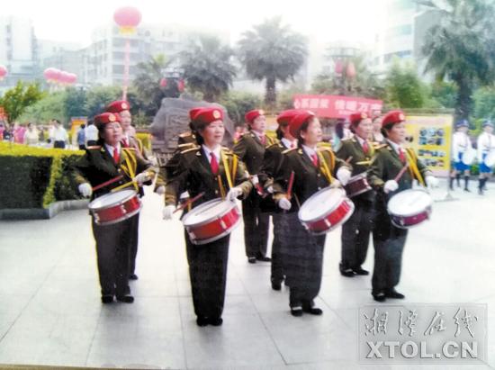 王建云(前排左一)带领姐妹们打腰鼓。