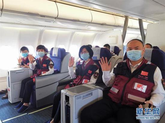 5月11日,中国赴津巴布韦抗疫医疗专家组成员在飞机上。 当日,12名中国(湖南)赴津巴布韦抗疫医疗专家组成员从长沙出发,携带由湖南省人民政府捐赠的医疗防护物资,前往津巴布韦协助开展新冠肺炎疫情防控工作。 新华社发