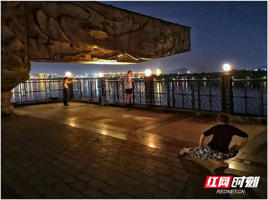 湘江风光带四羊方尊广场,白天人们在这里看湘江北去,夜晚到此漫步消暑。像其他景点一样,它默默记录着城市的记忆,每一瞬间都是生活原来的模样。图/彭定湘