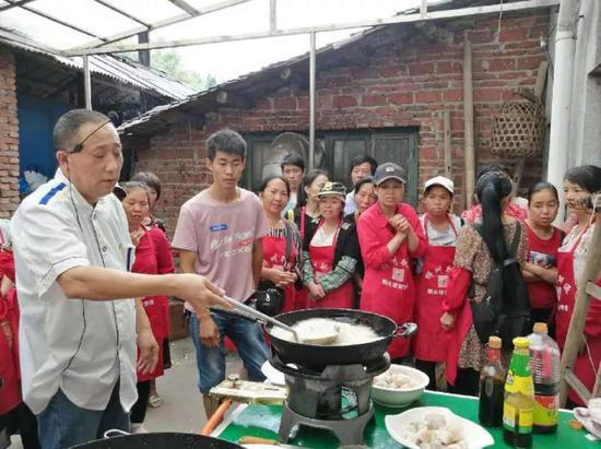 2019年,中国中铁开展送技术下乡活动,聘请专业老师到贫困户家门口开展实用厨师技能培训。