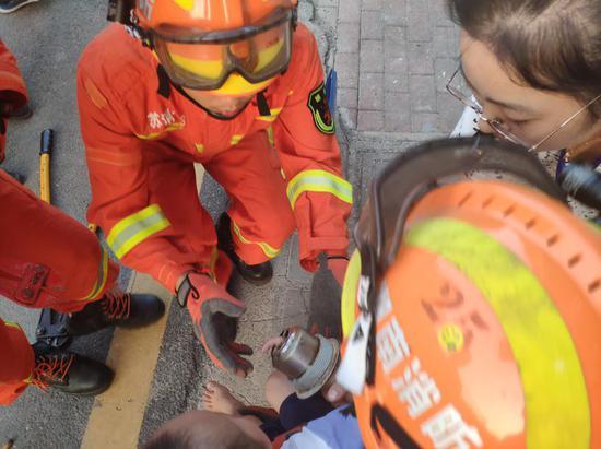 3岁男童玩水被卡 消防员拆了洗漱盆