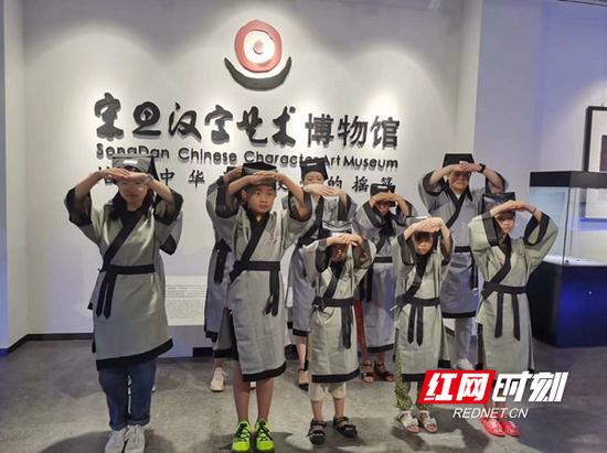 宋旦汉字艺术博物馆组织学生开展汉字艺术科普教育。