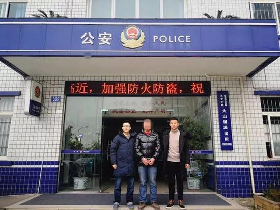 民警在四川将犯罪嫌疑人余某抓获。警方供图