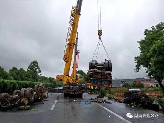 永州:载重49吨货车装满煤渣 整车从高速倾翻