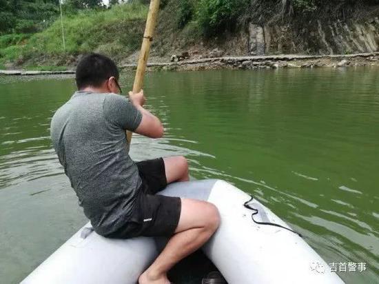 刑侦大队民警利用冲锋舟对水塘进行搜索