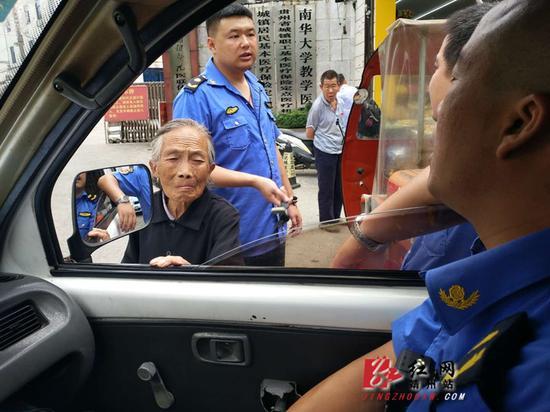 老人向城管执法人员求助。