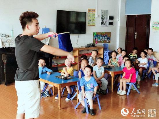 李子萱老师在幼儿园课堂
