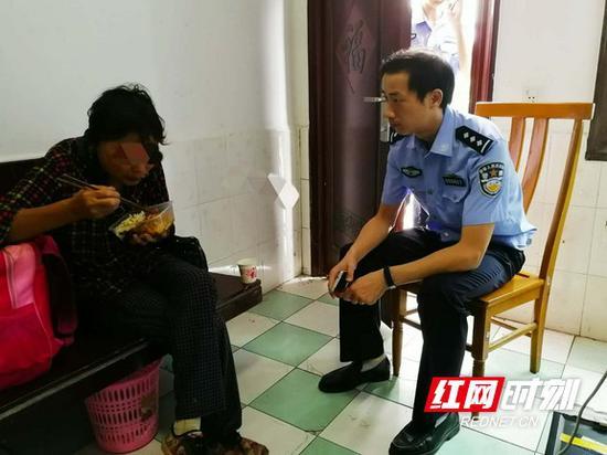 民警为其买来饭菜让她吃饱。