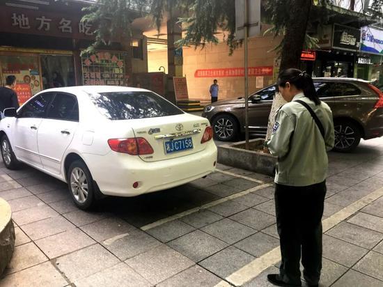 常德:收费员将停车车辆录入系统