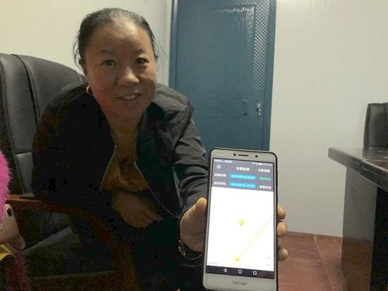 龚菊梅展示远程收割操控系统。澎湃新闻记者 陈凯姿 图