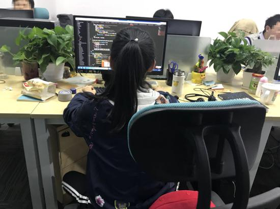 柳莹的工作常态。 受访者供图