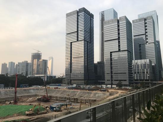 在高楼大厦之间,还有新的楼盘在建设。澎湃新闻记者 沈文迪 图