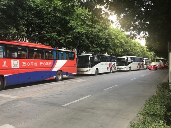 早晨的接驳车 澎湃新闻记者 沈文迪 图