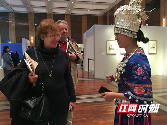 德国观众参观湘西苗绣。