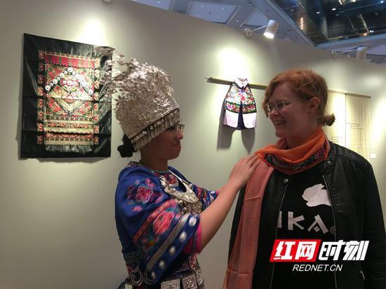 参观者披上了漂亮的苗绣围巾。