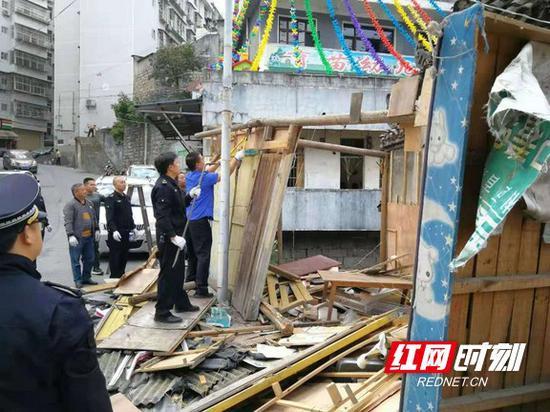 执法人员依法对违章建筑进行拆除。