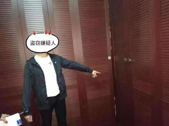 入室盗窃嫌疑人许某星指认盗窃后藏身的衣柜