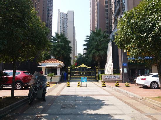 水岸世景小区东门 本文图片均为澎湃新闻记者 朱莹 图