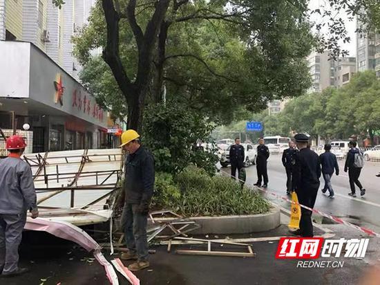 衡陽城管集中拆除違規戶外廣告牌 。