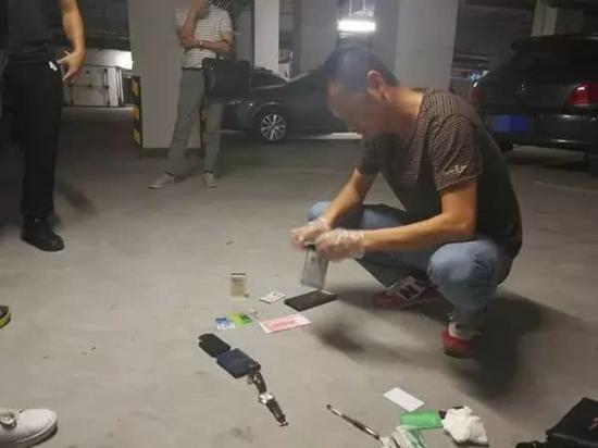 民警从彭某随身包中搜出作案物品