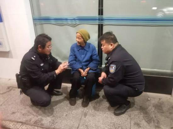 民警与老人沟通