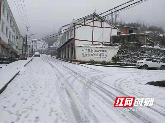 东山峰雪景。