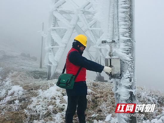 12月8日,在天塘山冰情监测哨所,工作人员测量覆冰厚度。