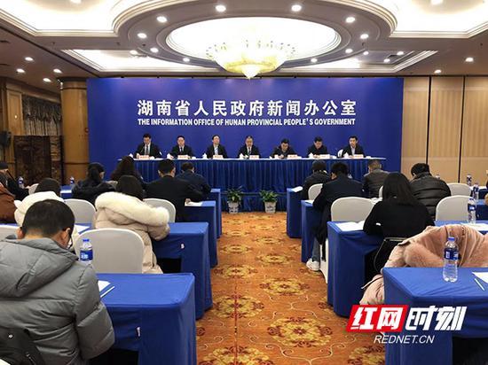 12月14日上午,湖南省政府新闻办举行发布会,介绍银行业金融机构支持民营经济和小微企业发展政策措施。
