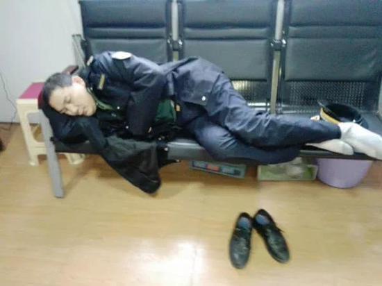 △发病时因身体不适,邓伟忠侧卧在长椅上休息