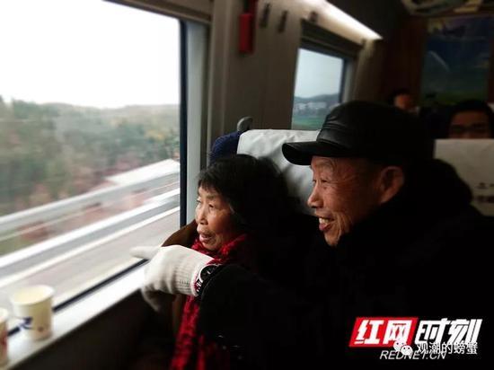 """在平稳行驶的列车上,今天82岁的李爷爷和76岁的老伴看着窗外的风景笑开了花,这么多年的期盼变成了现实。""""今天特意买了从西渡来回衡阳东的车票带着老伴来体验,也相当于旅游了!我们买到的第一张票,将会永远珍藏好留个纪念!"""""""