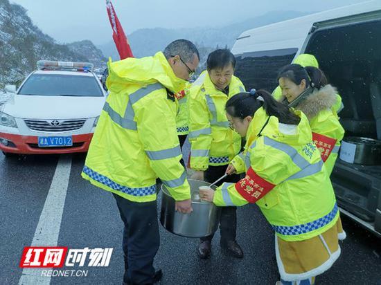 张家界管理处机关党员为抗冰保畅一线人员送姜茶。
