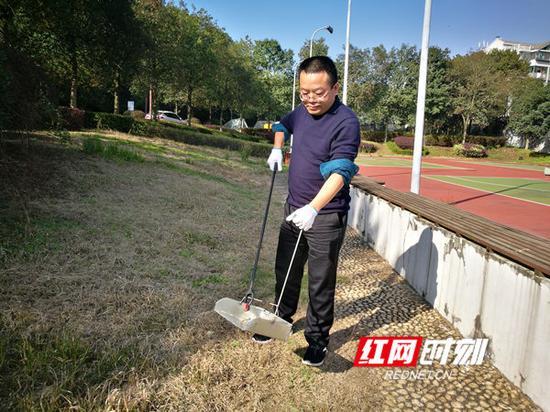 2018年11月23日,余元君生前在母山办公区参加义务劳动。