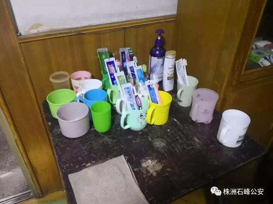 ▲传销成员十余人挤在狭小的租房里生活起居