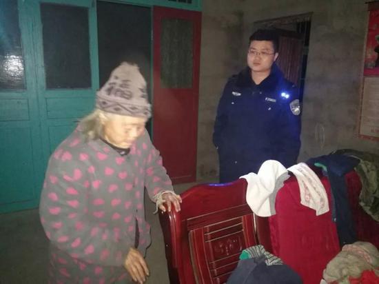 确定老人身份后,尹风华立即开着警车将走失的老人送回了家。