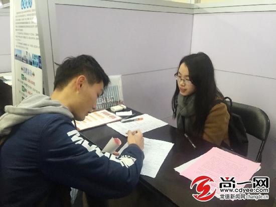 """""""95后""""应届毕业生小刘填写履历表。尚一网记者 罗朝阳 摄"""