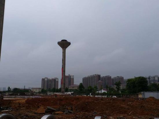 砰!长沙县高41米的水塔2秒爆破倒下