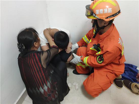 株洲一男生与后妈争吵反锁房门欲上吊 消防员翻窗制止