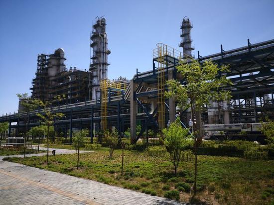鄂尔多斯辖区大漠深处的绿色智能煤化工企业。新华社记者王建华 摄