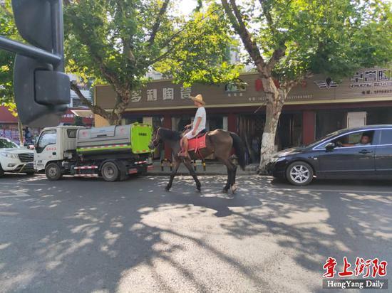 """▲街头""""遛马"""",妨碍车辆安全通行"""