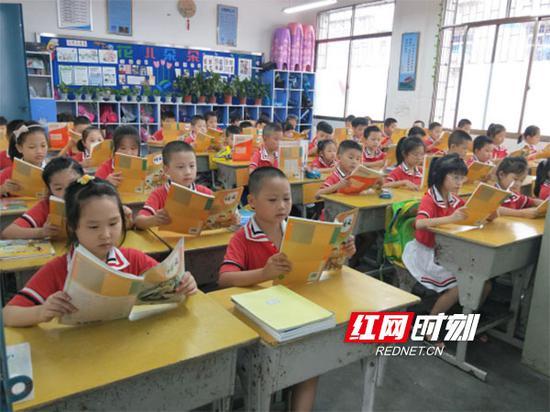 人民路小学新生发新书,孩子们迫不及待地翻阅起来。