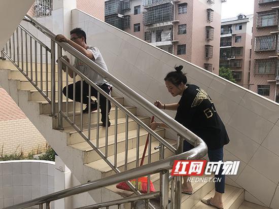 团结小学全体师生进行校园大扫除。