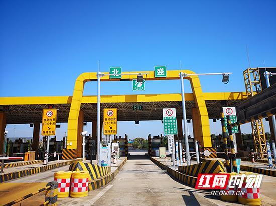 9月28日,湖南省取消高速公路省界收费站项目首批新增ETC专用车道投入使用。