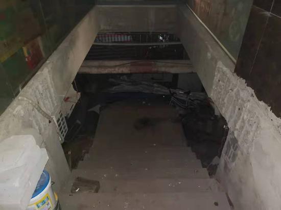 被拆除是承重梁,改造成了通往农贸市场的楼梯道。