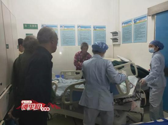 在摘取器官手术之前,柏昌开(左一)看儿子春英最后一眼。