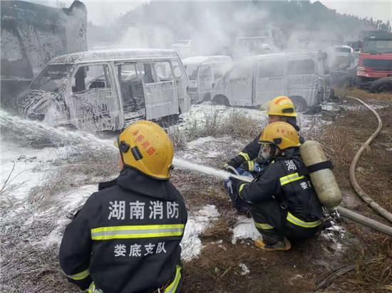 废弃停车场里报废汽车起火燃烧猛烈 消防员及时将火扑灭