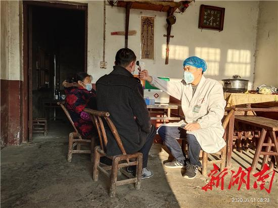 (乡村医生周白龙每天要上门为每名居家隔离对象测两次体温)